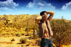Sexy kerel in woestijn Stock Foto's