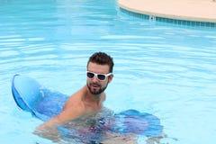 Sexy Kerl mit einem Bart, der im Pool spielt Lizenzfreies Stockfoto