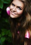 Sexy lächelnde blonde Frau auf Natur Stockfoto