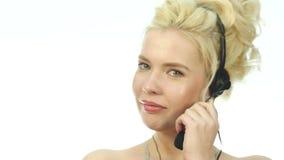 Sexy lächelnde Frau, die in einem Call-Center arbeitet Kopfhörerteleverkauffrau, die auf Hilfslinie spricht 4K stock video footage