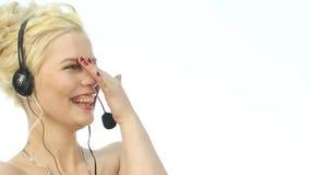 Sexy lächelnde Frau, die in einem Call-Center arbeitet Kopfhörerteleverkauffrau, die auf Hilfslinie spricht Langsame Bewegung stock video