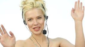 Sexy lächelnde Frau, die in einem Call-Center arbeitet Kopfhörerteleverkauffrau, die auf Hilfslinie spricht Langsame Bewegung stock footage