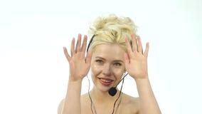 Sexy lächelnde Frau, die in einem Call-Center arbeitet Kopfhörerteleverkauffrau, die auf Hilfslinie spricht Langsame Bewegung stock video footage