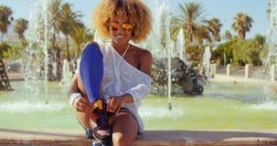 Sexy lächelndes Mädchen mit Afro-Haarschnitt stock footage