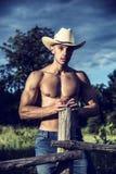 Sexy landbouwer of cowboy naast hooigebied royalty-vrije stock fotografie