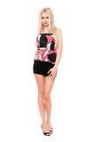 Sexy langbenige jonge blonde in zwarte miniskirt Royalty-vrije Stock Afbeelding