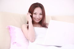 Sexy laptop van het vrouwengebruik op bed Royalty-vrije Stock Foto