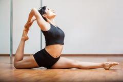 Sexy Latijnse pooldanser Stock Afbeelding