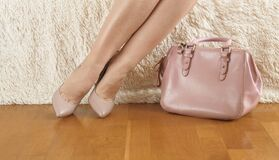 Free Sexy Legs In Nude Shoes, And A Nude Bag, Concept: Sale And Accessories Stock Photos - 176905913