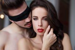 Sexy leidenschaftliches milf mit den roten Lippen mit jungem Liebhaber Stockfotografie