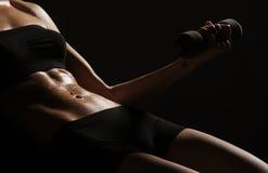 Sexy lichaam van een jonge vrouw die haar abs uitwerkt Royalty-vrije Stock Fotografie