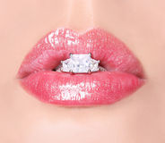 Sexy Lippen mit Diamond Ring. Schönheits-rosa Lipgloss. Mund Lizenzfreies Stockfoto