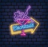Sexy Mädchen auf Cocktailglas in der Neonartillustration lizenzfreie abbildung