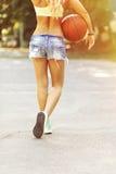 Sexy Mädchen auf dem Basketballplatz Stockbilder