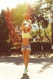 Sexy Mädchen auf dem Basketballplatz Lizenzfreie Stockfotos