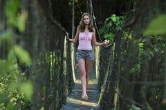 Sexy Mädchen auf der Seilbrücke Stockfoto