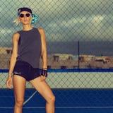 Sexy Mädchen auf der städtischen Art Fußballplatz Mode stockbilder
