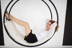 Sexy Mädchen auf einem runden Schwingen stockbild