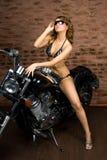 Sexy Mädchen auf Motorrad lizenzfreie stockfotografie