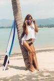 Sexy Mädchen auf tropischem Strand mit Brandungsbrett Stockfotos