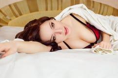 Sexy Mädchen, das auf Bett liegt stockfoto