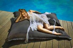 Sexy Mädchen, das auf dem Strandpool tropisch ein Sonnenbad nimmt Stockfoto