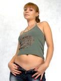 Sexy Mädchen, das auf Jeans versucht. Lizenzfreie Stockfotos
