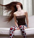 Sexy Mädchen, das ihr langes Haar wirbelt Lizenzfreie Stockfotos