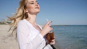 Sexy Mädchen, in der Hand Kokosnüsse und Strandhut, auf dem Seeozean, teuer stock footage