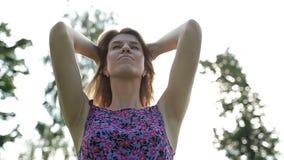 Sexy Mädchen des Porträts bewundert an der Kamera und schlägt sein langes, gesund, Haar stock video footage