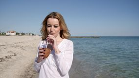 Sexy Mädchen des Porträts, in der Hand Kokosnüsse, Rest auf dem Seeozean, teuer stock video footage
