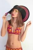 Sexy Mädchen in einem Bikini und in einem Hut Stockfotos