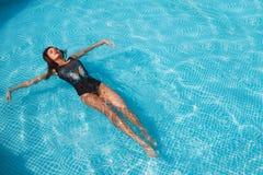Sexy Mädchen im Badeanzug auf einem Pool Lizenzfreie Stockfotos