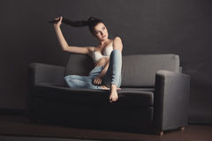 Sexy Mädchen im BH und in den Jeans Stockfoto