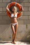 Sexy Mädchen im Bikini mit Rettungsgürtel Stockfoto