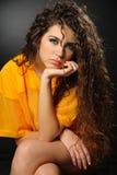 Sexy Mädchen im gelben Fußballhemd Lizenzfreie Stockbilder