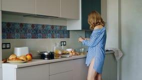 Sexy Mädchen im Hemd Omelett in der Küche kochend Zubereitung des Morgenfrühstücks stock video footage