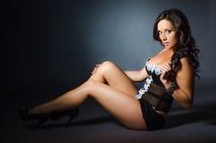 Sexy Mädchen im schwarzen Wäscheboudoirmode-Unterwäschemodell Stockfotos