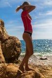 Sexy Mädchen im sportwear und tanga auf dem felsigen Strand Lizenzfreie Stockfotos