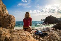 Sexy Mädchen im sportwear und tanga auf dem felsigen Strand Lizenzfreie Stockfotografie