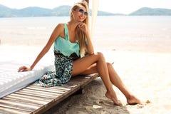 Sexy Mädchen mit dem blonden Haar, das auf Strand von Phuket sich entspannt Stockbilder