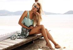 Sexy Mädchen mit dem blonden Haar im Strand kleidet das Genießen ihrer Ferien in Thailand Stockfotografie