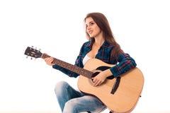 Sexy Mädchen mit Gitarre in den Händen Lizenzfreie Stockfotografie