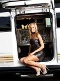 Mädchen mit Limousine in der ledernen Ausstattung Stockfotos