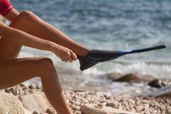 Sexy Mädchen setzt herein an ihren Flipper Stockfotos