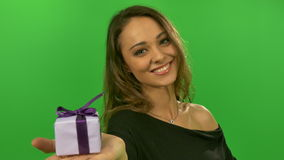 Sexy Mädchen stellt auf einer Palme dar, die ein Geschenk greenscreen stock footage