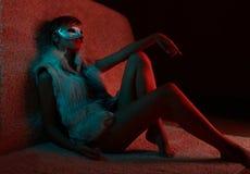 Sexy Mädchen in tragender Maske der Pelzjacke stockbilder
