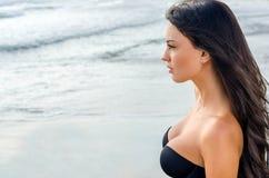 Sexy Mädchen, welches das Meer betrachtet Stockfoto