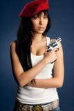 Sexy Mädchen Whit ein Gewehr ein rotes baret Stockfotografie