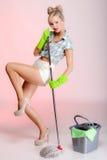 Sexy Mädchenretrostil, Frauenhausfraureiniger mit Mopp stockfotografie